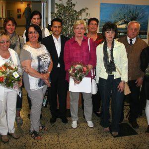 Mahmut Özdemir (MdB – Bildmitte)  und Hans Paschmann (Bezirksbürgermeister – rechts im Bild) mit den Teilnehmerinnen der Seminare für Acrylmalerei von Serap Riedel (ganz rechts im Bild)